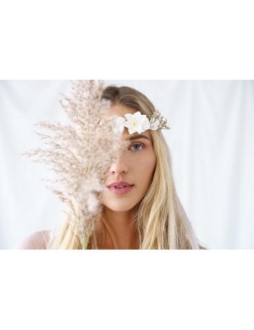 Wianek z białymi kwiatami